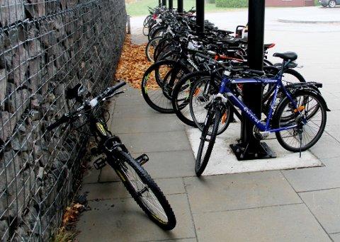 SEKS TYVERIER: Politiet kjenner til seks sykkeltyverier fra dette stativet siden januar i fjor.