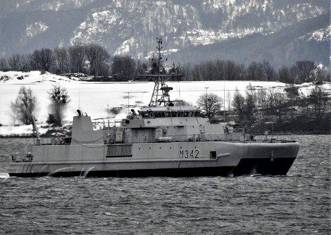 Minejakt: KNM Måløy på minejakt utenfor Snekkestad torsdag ettermiddag. Foto: trygve Eriksen