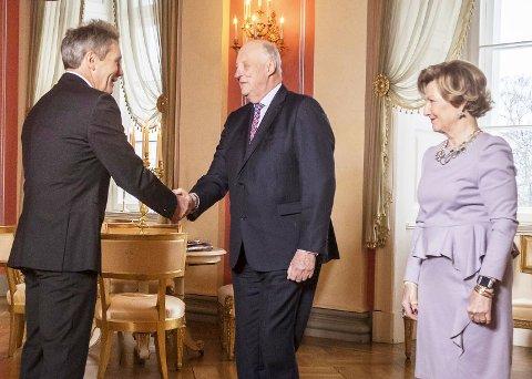 Høytidelig: Harald Sando har fått kongens fortjenstmedalje. Her hilser han på kong Harald og dronning Sonja under en mottakelse på Slottet torsdag.Foto: Heiko Junge / NTB scanpix