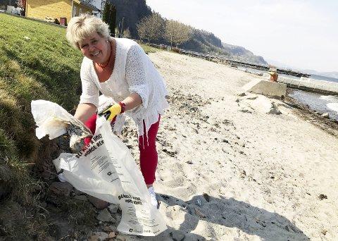 Bli med: Kulturkonsulent Mette Måge Olsen oppfordrer alle til å bli med på årets Strandryddedag 5. mai.foto: Jarl Rehn-Erichsen