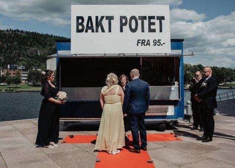 LYKKELIG PAR: Mette Embretsen og Morten Bekken giftet seg foran potetbua til Ibrahim Azam lørdag.