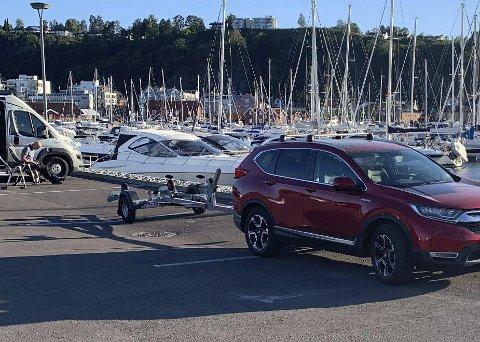Respektløst: En leser tok dette bildet av en bil med båthenger som klarte å sperre fire bobilplasser fra fredag til søndag uten å få en reaksjon.foto: privat