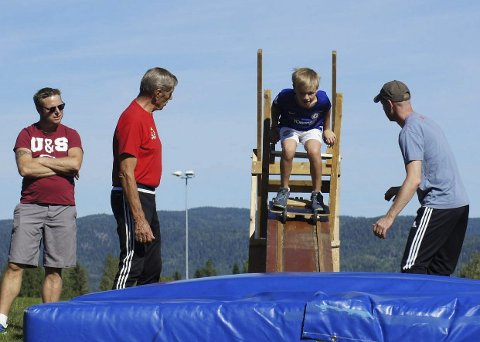 Til værs: Hoppgruppa stiller med en, liten hoppbakke slik at det er mulig med et prøvehopp.begge foto: Hof IL