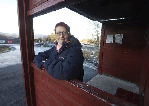 Hege-Anita Nilsen bor i Sundbyfoss og sliter med å komme seg til Holmestrand etter de omfattende kuttene i busstilbudet. Nå spør Anya Alme (Sv) om hva kommunen gjør med dette.     Foto: Jarl Rehn-Erichsen