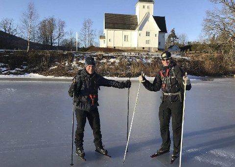 Ut på tur: «Mandagsgutta» her representert av Eyvind Strøm og Jan Bønnich, på isen ved Eidsfoss kirke.foto: Terje Tømmerstigen