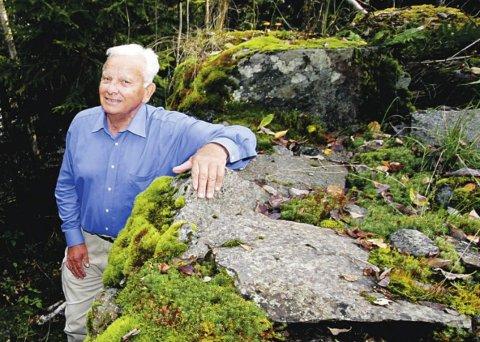 Sprek 90-års jubilant: Arnulf Gurrik feier 90-år fredag. Fortsatt er han aktiv på skauen. Her er han fotografert ved Rustadsaga for noen år siden. Foto: Jarl Rehn-Erichsen