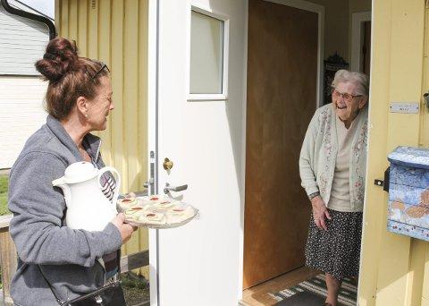 STOR GLEDE: Synnøve Wium synes det er veldig hyggelig å få besøk av kokk Maryan Sollie Vincent.  Foto: Lars Ivar Hordnes
