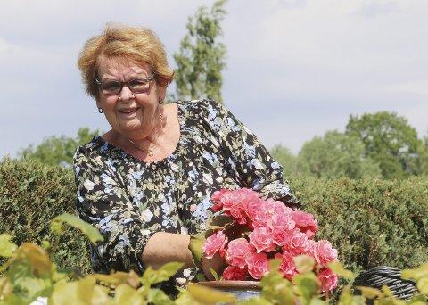 I Sin egen edens hage: Gunn Hansen fra Lier med en av sine mange flotte planter ved campingvogna, en borse, kan hun fortelle. Alle foto: Pål Nordby