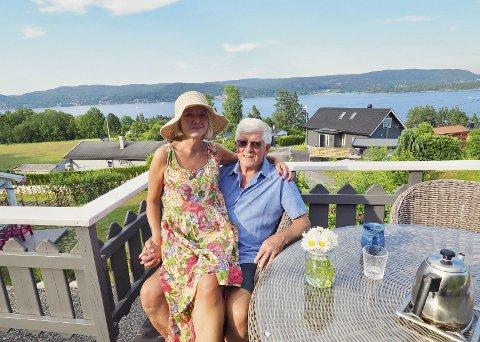 Sommerperle: Birte Aarø og John Fallmyr stortrives i sin hytte på Smørstein. – Det er klart at dette er vår sommerperle, sier de fra terrassen som har utsikt over fjorden. Alle foto: Svein Ivar Pedersen
