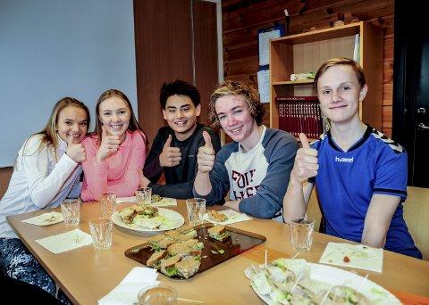 Godt: Elisa Heia, Oda Moe, Sebastian Jørgensen, Phillip Therkelsen og Gjøran Fossen satte pris på den gode maten.