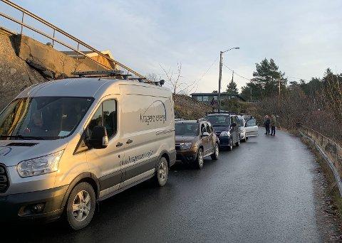 KØER: Her venter flere på å komme seg fra Skåtøy til Kragerø onsdag formiddag.