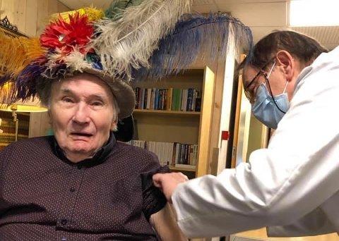 HISTORISK: Klas Solberg hadde på seg en stilig hatt for anledningen.