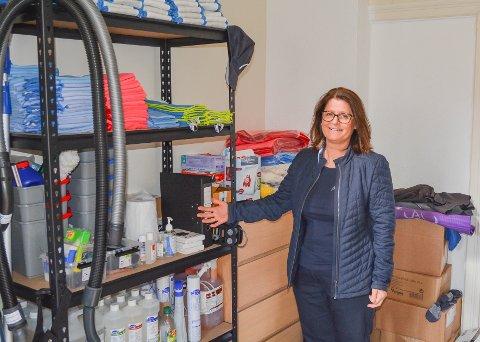 GRÜNDER: Etter over 20 års erfaring i reinhaldsbransjen er Mary Janne Røssland (55) i sving med eige firma. Kvinnheringen slo av ein prat med henne i det som no er blitt eit kombinert feriehus og kontorlokale på Røssland.