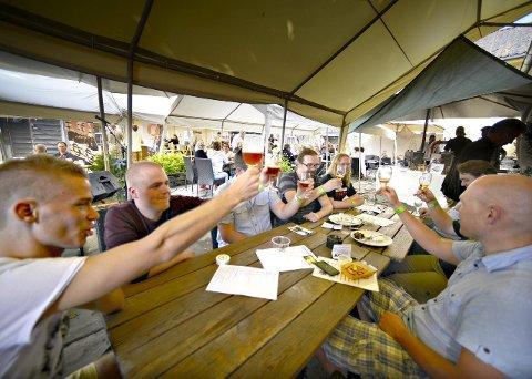 God stemning: Skåling under ølfestivalen på Christians kjeller for to år siden.FOTO: JAN STORFOSSEN