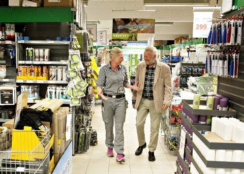 HÅPER: Både butikksjef Lillian Hvambsahl og gårdeier Ole Jørgensen, har god tro på at nye politikere har ny tilnærming til prinsippet om at detaljvarehandel skal foregår i sentrum av Kongsberg. De ønsker seg  en flunkende ny butikk på Rudsmoen. FOTO: Ståle Weseth