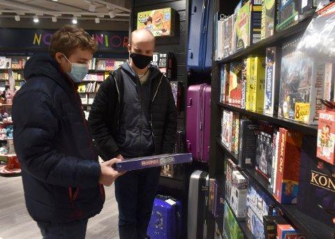 BYTTET GAVER: Mandag var den store byttedagen i butikkene. Helge Dokken (t.v.) og Matias Bjørkesett var to av alle dem som ville bytte en julegave.