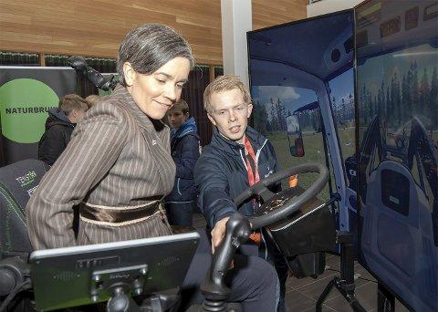 Satt godt: Ordfører Gunn Cecilie Ringdal fikk prøve seg på linjen Naturbruk sin simulator. Alle foto: Privat