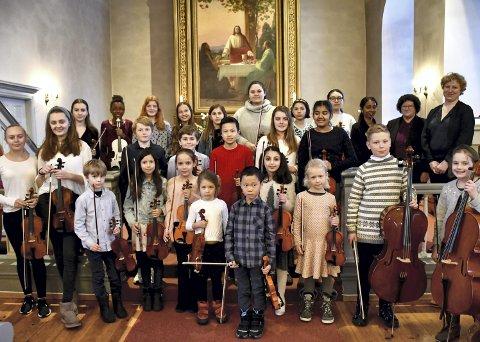 ENSEMBLET: Strykeelevene fra Lier kulturskole samlet seg til konsert i Frogner kirke forrige tirsdag.