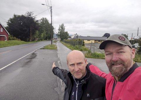 Velkommen til quiz: Steinar Hennum (t.v.) og Jostein Hoset viser veien fra Liungenbanen mot Lierbyen. Foto: Privat
