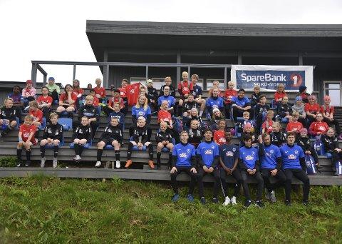 SAMLET: Fotballskoledeltakerne som var ute på kunstgresset samlet på ett brett.Alle foto: Eirik Eidissen
