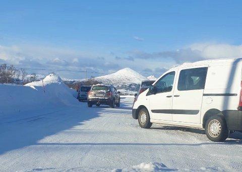 Parkeringskaos: Flere biler stod så farlig parkert at politiet reagerte med gebyr.