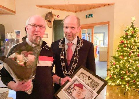 Årets ildsjel i Flakstad kommune 2019, Kjell Inge Nilsen til venstre, og ordfører Trond Kroken i Flakstad kommune.