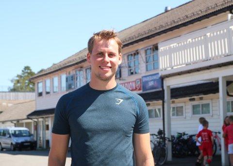 ANSVARLIG: Jonas Pedersen er utdannet personlig trener og er glad for å kunne aktivisere de unge i sommer. Resten av året jobber han med idrettsfritidsordningen til Lyngdal idrettslag.