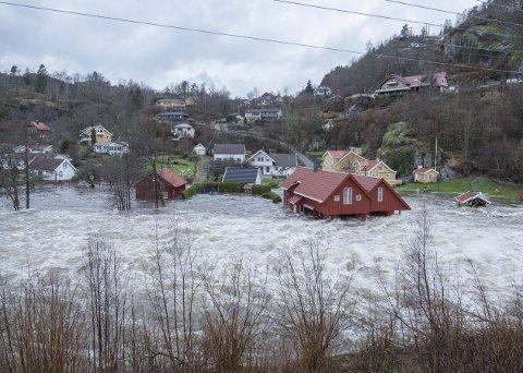 Tøffe tider: Klimaendringer er en av mange utfordringer vi må ta med oss gjennom julen og inn i det nye året. Bildet er fra Kvinesdal i 2015. foto: scanpix