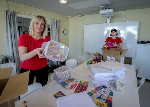 SUKSESS: Anita Andresen og Nina Ødegård  i Home-Start Moss, Råde og Våler laget påskepakker med aktivitetssaker til barn i fjor. Det ble en suksess, og tiltaket ble gjentatt i år.