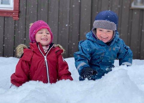 FORNØYDE: – Mått t Li for å finn snø og påskefølelsa, skriver Eli Pettersen Færøvik. Søskenbarna Sara Elise Pettersen Færøvik (4) og Oliver Bruland Pettersen (3) var fornøyde med å leke ut, til tross for at sola var fraværende.