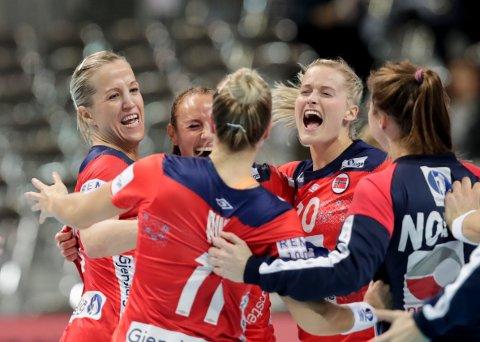 Heidi Løke, Camilla Herrem og Marit Røsberg Jacobsen jubler under VM kampen mellom Norge og Danmark. Foto: Vidar Ruud / NTB scanpix