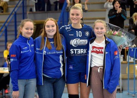 FIKK BLOMSTER: Sara Rønningen ble takket med blomster av Celine Kornelia, Vilde og Line Kristine fra Lillesand IL.