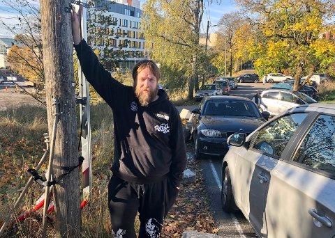 Her hang p-forbudsskiltet som i helgen har blitt fjernet. Driftsleder ved Lambertseter gård, Geir Lindgaard, forteller at noen har sagd over metallringen som skiltet var festet med.