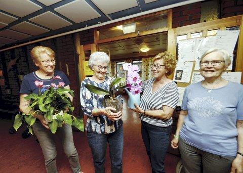 Blomster: Karin Løkken og Margot Blankenborg har vore med i Blomsterjentene i mange år. I sommar takkar Løkken av medan Blankenborg held fram. Nå får ho selskap av Toril Jøndal og Kari Runningen.