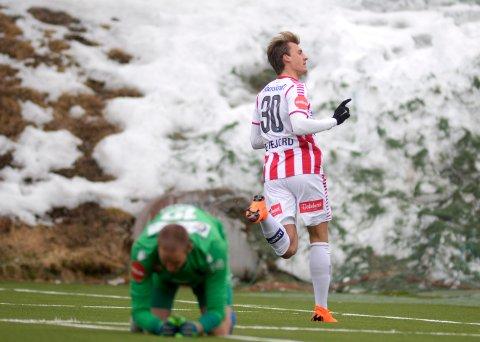 ÅPNET BALLET: Runar Espejord sendte TIL i ledelsen etter seks minutter. Siden skulle det bli tre TIL-scoringer - og fotballfest på Alfheim.