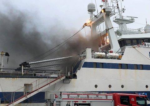 Det velter ut kraftig røyk fra tråleren som står i full fyr i Breivika. Foto: Are Medby