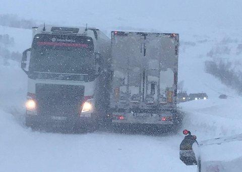 FAST: Slik ble de to vogntogene stående på Fv 866 på Kågen i Skjervøy tidlig fredag ettermiddag.