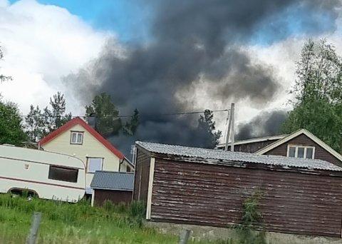 FULL FYR: Det brenner i en garasje i Tuneveien i Bardu.