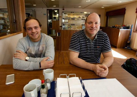Stuert Ronny Hodneland (th) og lærling Joakim Nerland er glade for å være tilbake i Norge etter å ha ligget drøyt tre uker i arrest i Murmansk. Foto: Ola Solvang