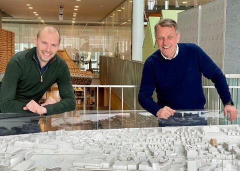 NY BYDEL: Styreleder Andreas Willumsen og ordfører Gunnar Wilhelmsen foran modellen av Tromsø sentrum - nå skal Strandvegen 8 - et stort areal sør i sentrum utvikles i regi av kommunen gjennom selskapet Strandvegen 8 utvikling AS. .