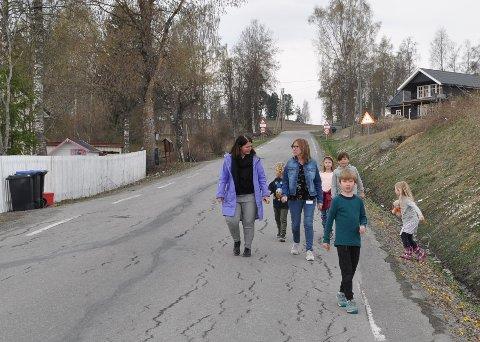 STOPPER I SVINGEN: Gangvegen langs Kollsvegen stopper i en sving ved Lundstein skole.