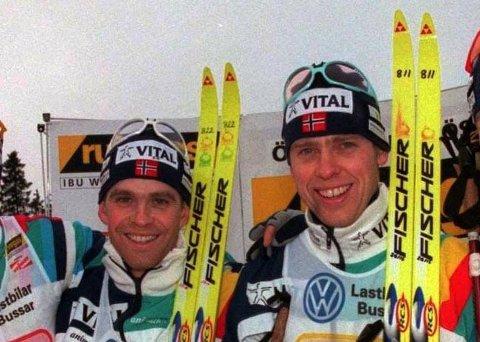 ROMKAMERATER: Sylfest Glimsdal og Halvard Hanevold bodde på rom sammen i en årrekke da de var på skiskytterlandslaget. Her fra stafettseieren i Östersund i 1997.