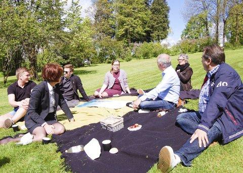 I det grønne: Mattis N. Segeberg (t.v.), Anne Kleven, Oskar Aas, Solveig Arnesen, Per Olav Skjervold, Sissel Karlsen og Knut Aandal. foto: Solveig wessel