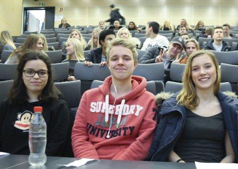 NYSGJERRIGE: Sara Tandjaoui, Adrian Haugbjørg og Jenny Jæger får svar på mange spørsmål når de intervjuer Tim Oakley. FOTO. VIVI RIAN