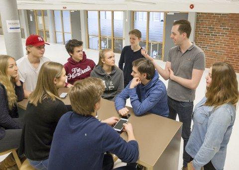 Engasjerte: Nicholas Wilkinson og Synnøve Snyen opplever at elevene synes en endring kan være spennende. Foto: Bjørn V. Sandness