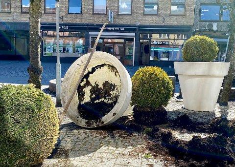 VELTET KJEMPEPOTTE: En 200 kg tung blomsterpotte ble veltet utenfor butikken til Ski Blomster natt til onsdag.