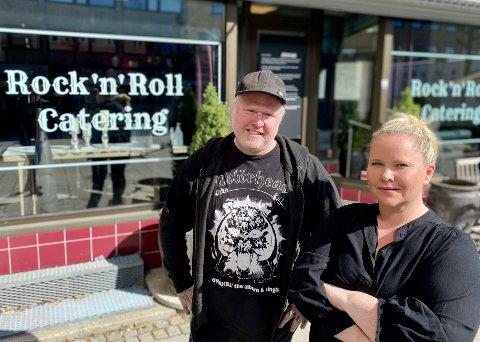 ROCKER VIDERE: Ekteparet bak Rock 'n Roll Catering i gågata i Ski, Tommy Krakeli-Svendsen og Janne Krakeli, har hatt et tøft 2021, men de har bestemt seg for å rocke på videre.