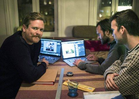 Forsiden: Kristian Bålsrød til venstre, Prosjektklubbens Jonas Bødtker i midten og Jon Arne Berg til høyre arbeider med å bestemme forsiden.