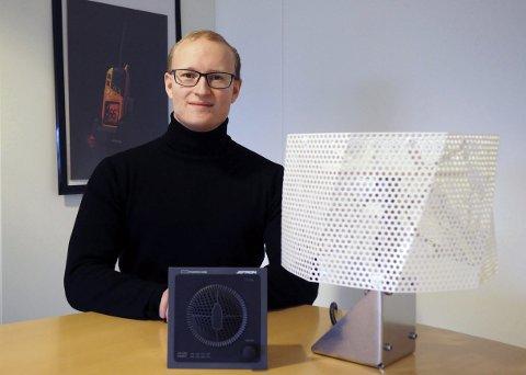 Nytt produkt: Prosjektleder Bjørn Øivind Bjørnsen viser fram Phontech 8300 MkII og antenne Phontech MkII 8301. Foto: Privat