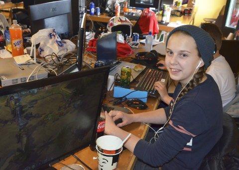 Trivdes på LAN: Thea Susæg (18) valgte å bruke påsken i år inndørs på spill-samling i Larvik. arkivfoto: Bjørn-Tore Sandbrekkene